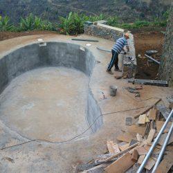 Het zwembad gereed voor de PVC coating en afwerking.