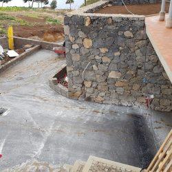 De oprit wordt volgende week belegd met Madeira steentjes. Een hele klus.