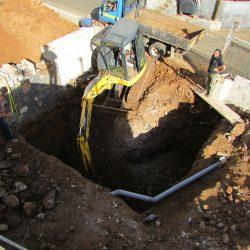 Het uitgraven van de water tank onder de oprit (voor levada water).